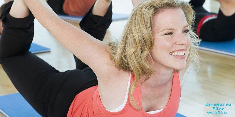 几个简单的动作,预防运动中的腰部损伤。